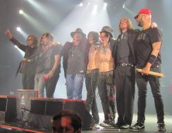Guns N' Roses salue le public à Saint-Petersbourg en Russie en 2010